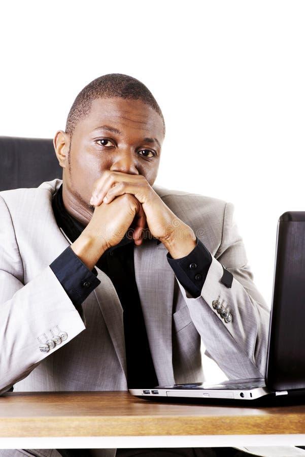 Homem de negócios forçado que trabalha no portátil foto de stock royalty free