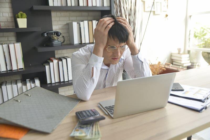 Homem de negócios forçado que trabalha sob a pressão foto de stock royalty free