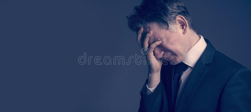 Homem de negócios frustrado e forçado que sente comprimido após a falha imagem de stock royalty free