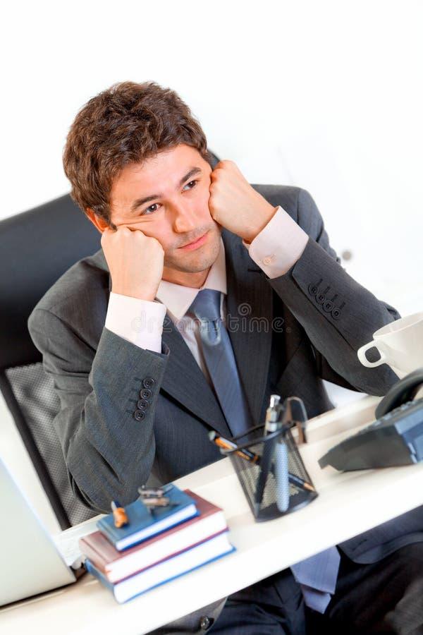 Homem de negócios furado na cabeça do sustento do escritório nas mãos fotos de stock royalty free