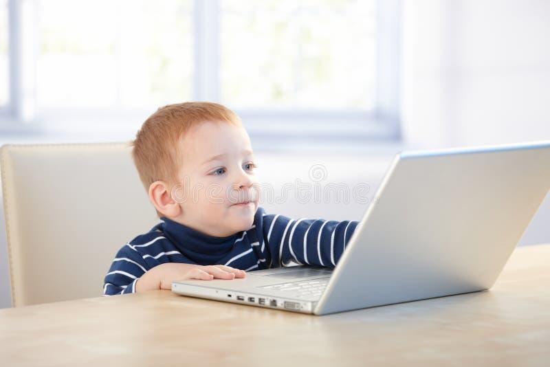 Homem de negócios futuro que usa o portátil em casa foto de stock royalty free