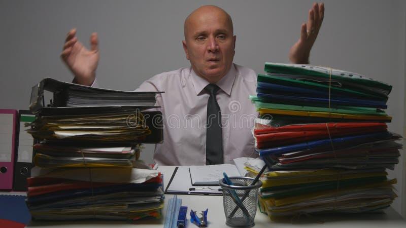 Homem de negócios Gesturing Nervous da virada no escritório de contabilidade fotografia de stock