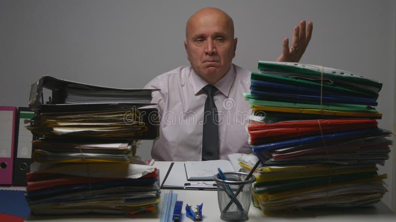 Homem de negócios Gesturing Nervous da virada no escritório de contabilidade imagens de stock