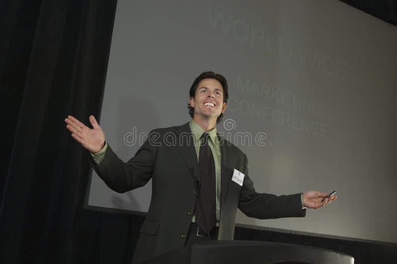 Homem de negócios Giving uma leitura fotografia de stock royalty free