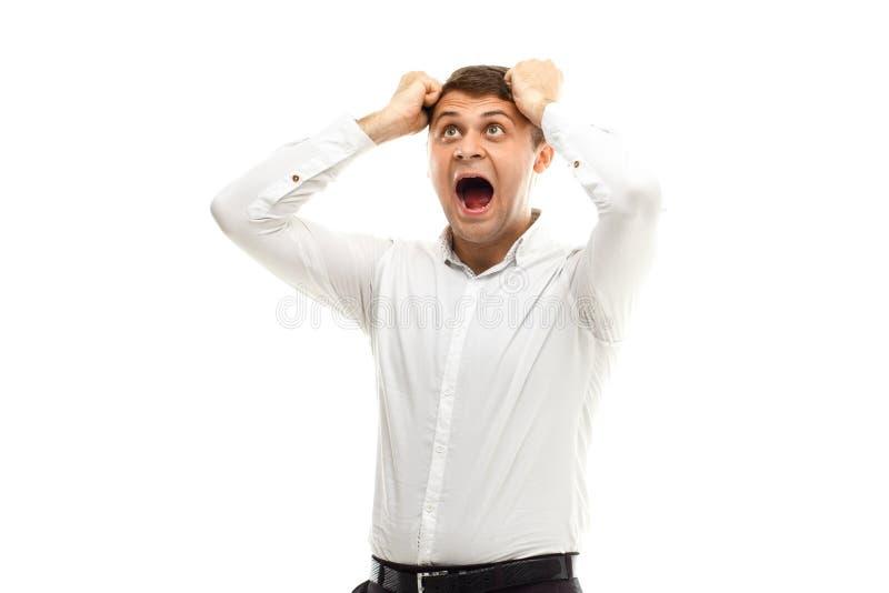 Homem de negócios gritando que guarda sua cabeça imagem de stock