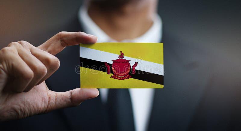 Homem de negócios Holding Card da bandeira de Brunei Darussalam imagens de stock royalty free