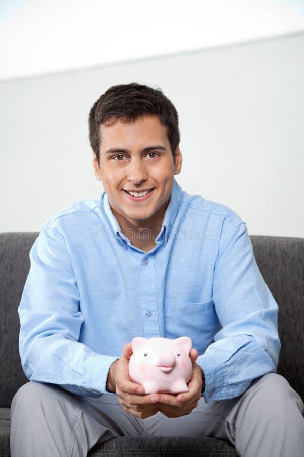 Homem de negócios Holding Piggybank imagem de stock royalty free