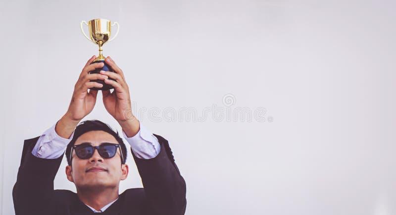 Homem de negócios Holding um troféu, sucesso do conceito fotografia de stock royalty free