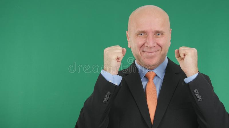 Homem de negócios Image Smile e para gesticular entusiástico com a tela verde em Backgr fotos de stock royalty free