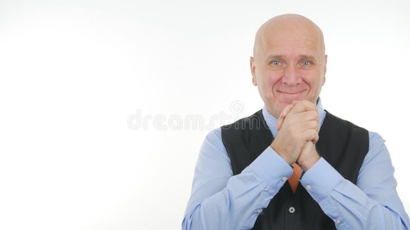 Homem de negócios Image Smiling e fatura de gestos de mãos felizes imagens de stock