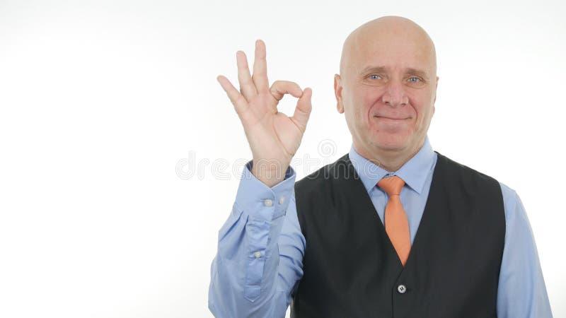 Homem de negócios Image Smiling e fatura sinal da aprovação de bons gestos de mão do trabalho imagens de stock royalty free