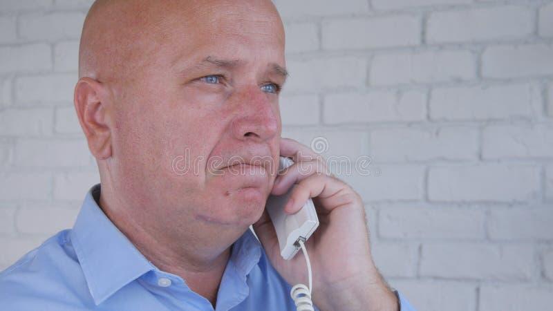 Homem de negócios Image Talk Business que usa uma comunicação do telefone imagens de stock