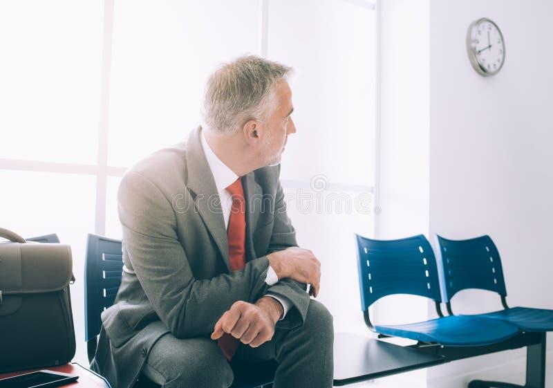 Homem de negócios impaciente que espera uma reunião imagem de stock royalty free