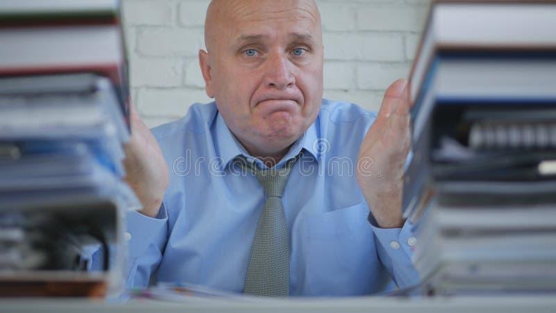 Homem de negócios incomodado With Amazed Face que não faz gesto nenhum de mão fotografia de stock