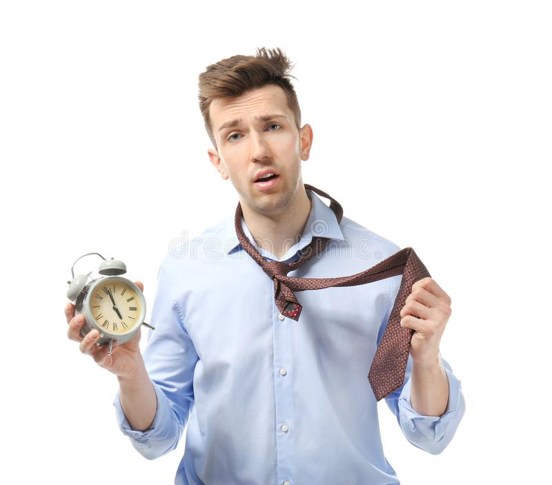 Homem de negócios incomodado com o despertador no fundo branco Conceito da gest?o de tempo fotos de stock royalty free