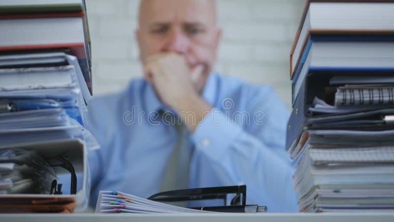 Homem de negócios incomodado Image no pensamento da sala do arquivo triste e decepcionado imagem de stock