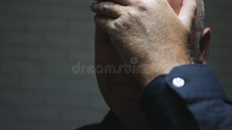 Homem de negócios incomodado Image Thinking e fatura de gestos de mão desapontados foto de stock