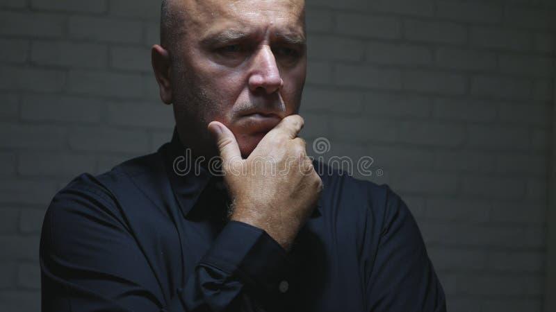 Homem de negócios incomodado Thinking e fatura de gestos de mão decepcionantes imagem de stock royalty free