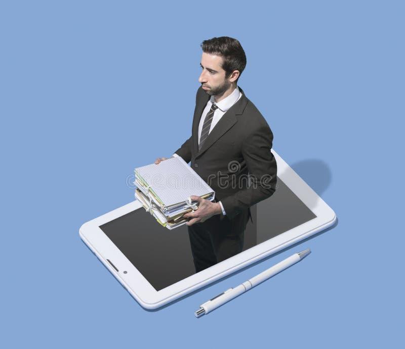 Homem de negócios incorporado em um smartphone que guarda o documento imagens de stock