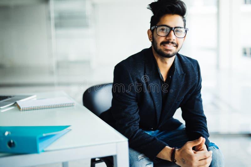 Homem de negócios indiano sonhador novo no terno que pensa da ideia futura do projeto do planeamento da probabilidade da visão do foto de stock royalty free