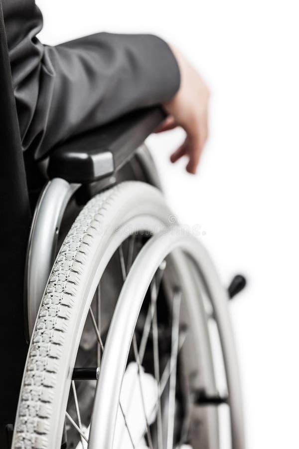 Homem de negócios inválido ou deficiente na cadeira de rodas de assento do terno preto imagem de stock royalty free