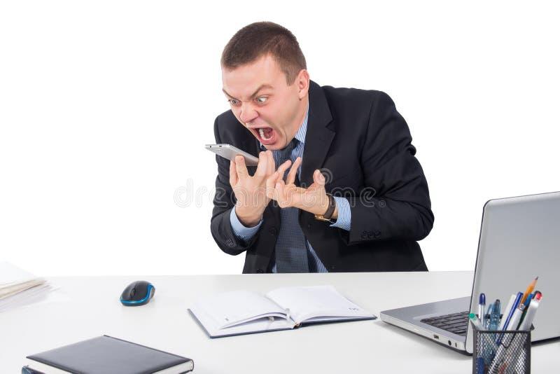 Homem de negócios irritado com gritaria do smartphone foto de stock royalty free