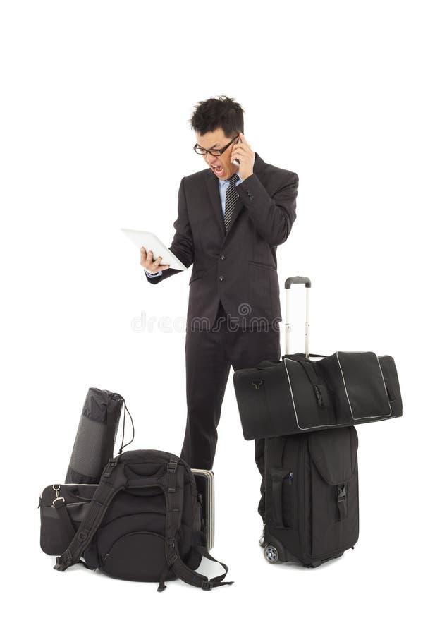 Homem de negócios irritado no telefone e na tabuleta guardar imagem de stock royalty free