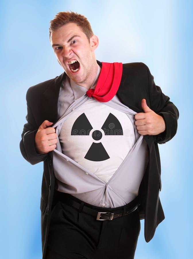 Homem de negócios irritado novo que rasga sua camisa - símbolo radioativo nela foto de stock royalty free