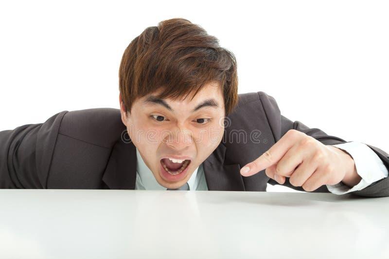 Homem de negócios irritado que aponta algo fotos de stock