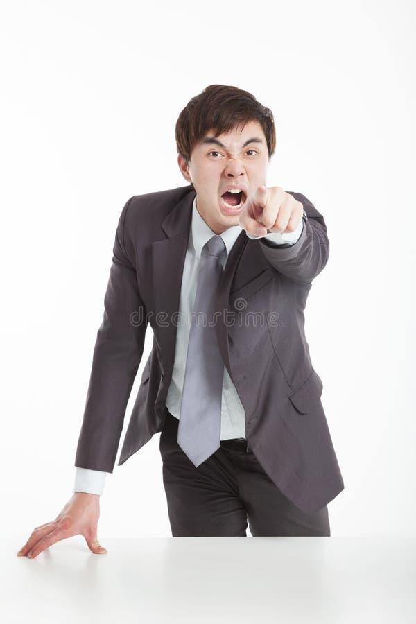 Homem de negócios irritado que aponta a câmera fotografia de stock royalty free