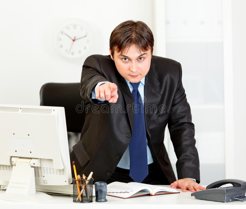 Homem de negócios irritado que aponta o dedo em você foto de stock royalty free