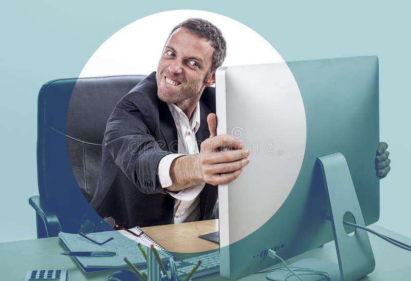 Homem de negócios irritado que bate seu computador para o esforço, efeitos de foco olhar fixamente foto de stock royalty free