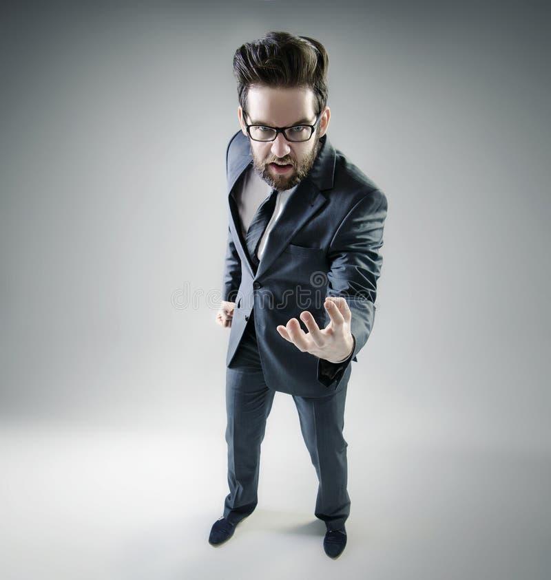 Homem de negócios irritado que levanta no terno imagens de stock royalty free