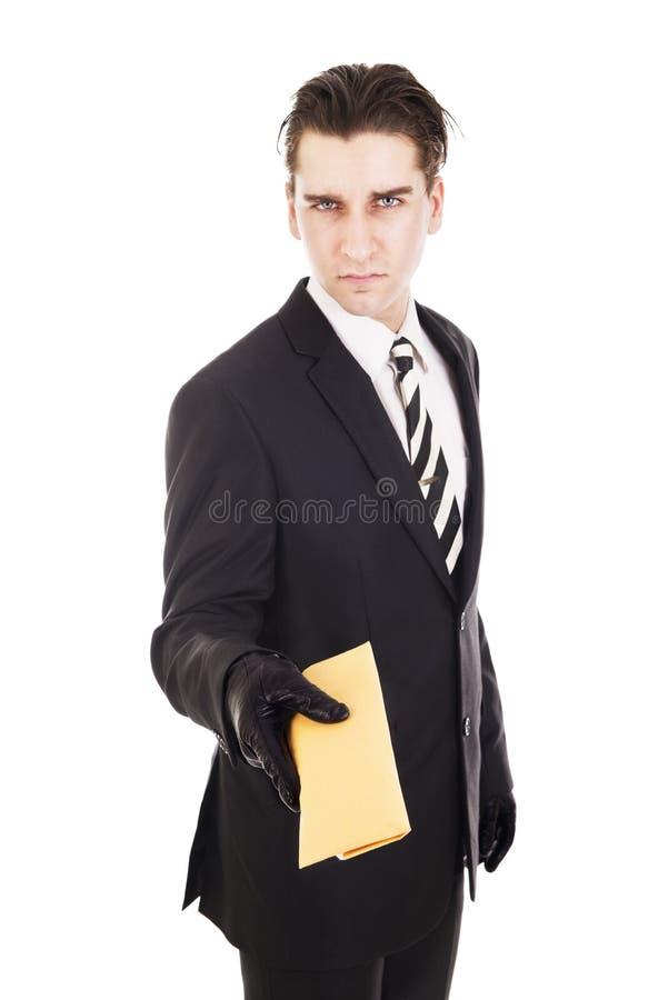 Homem de negócios isolado no fundo branco que oferece um envelope marrom imagens de stock