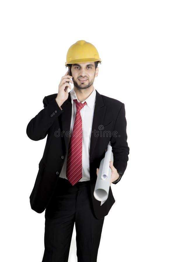 Homem de negócios italiano com smartphone e modelo imagens de stock royalty free