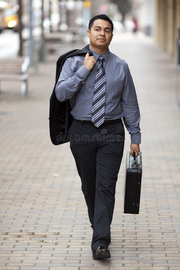 Homem de negócios latino-americano - andando com pasta fotografia de stock