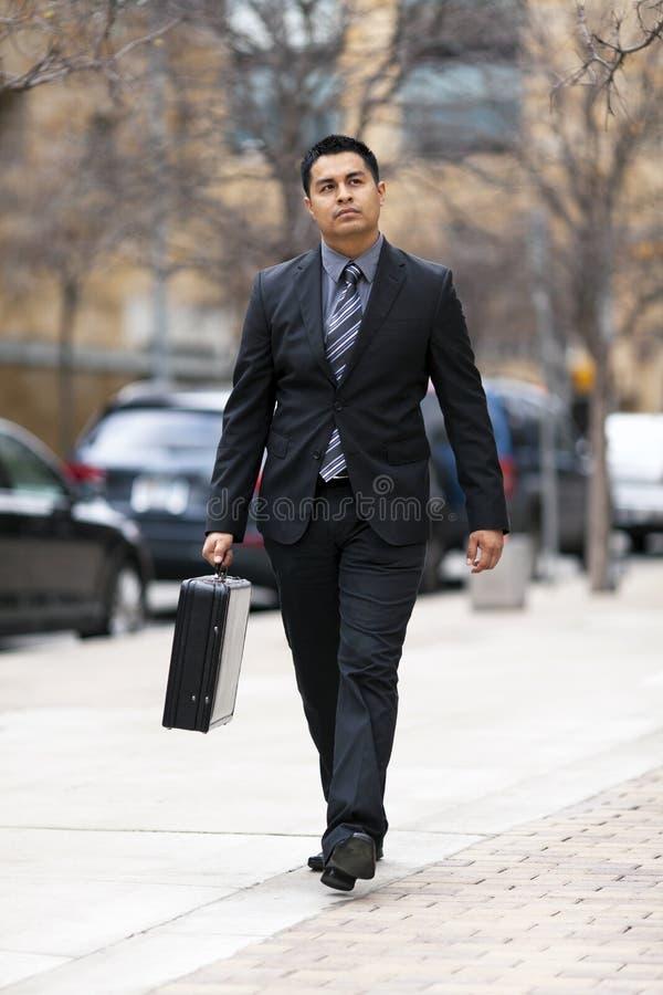 Homem de negócios latino-americano - andando na baixa fotos de stock