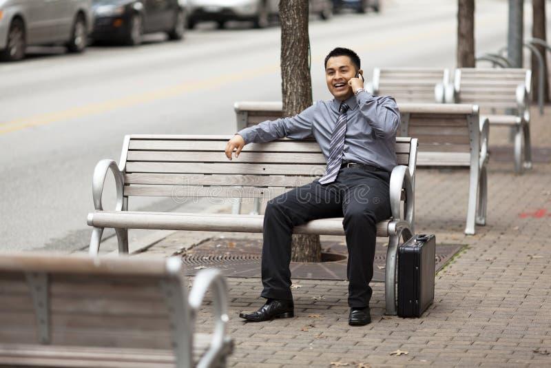 Homem de negócios latino-americano - conversando no telefone de pilha foto de stock