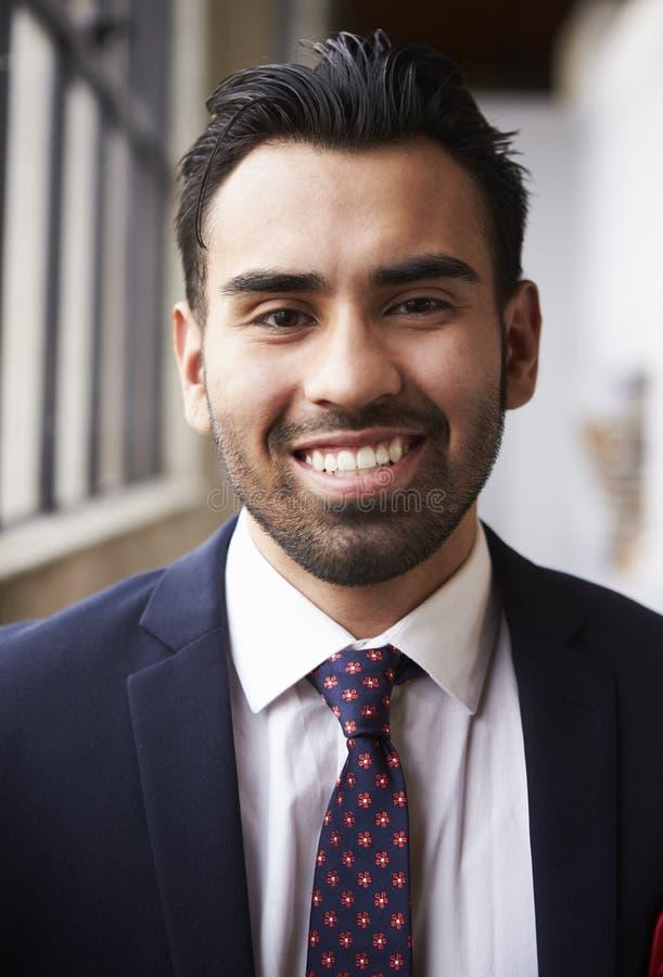 Homem de negócios latino-americano novo que sorri à câmera, vertical imagens de stock
