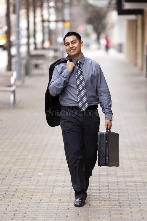 Homem de negócios latino-americano - pasta de passeio imagem de stock royalty free