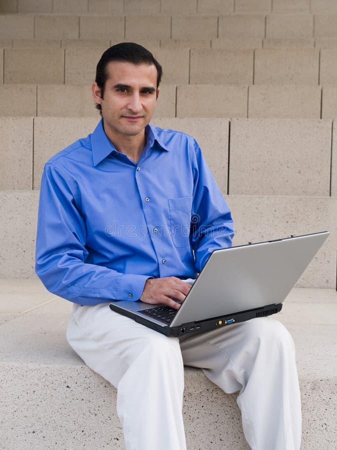 Homem de negócios latino-americano - portátil imagens de stock