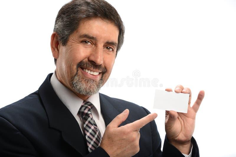 Homem de negócios latino-americano que aponta ao cartão foto de stock royalty free