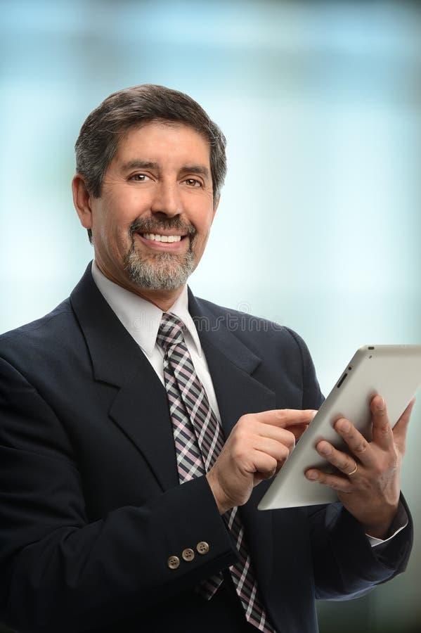 Homem de negócios latino-americano Using Electronic Tablet foto de stock