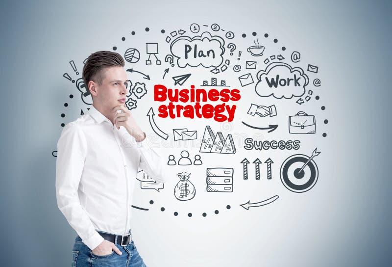Homem de negócios louro pensativo, estratégia fotografia de stock royalty free