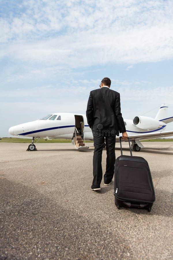 Homem de negócios With Luggage Walking para privado imagem de stock