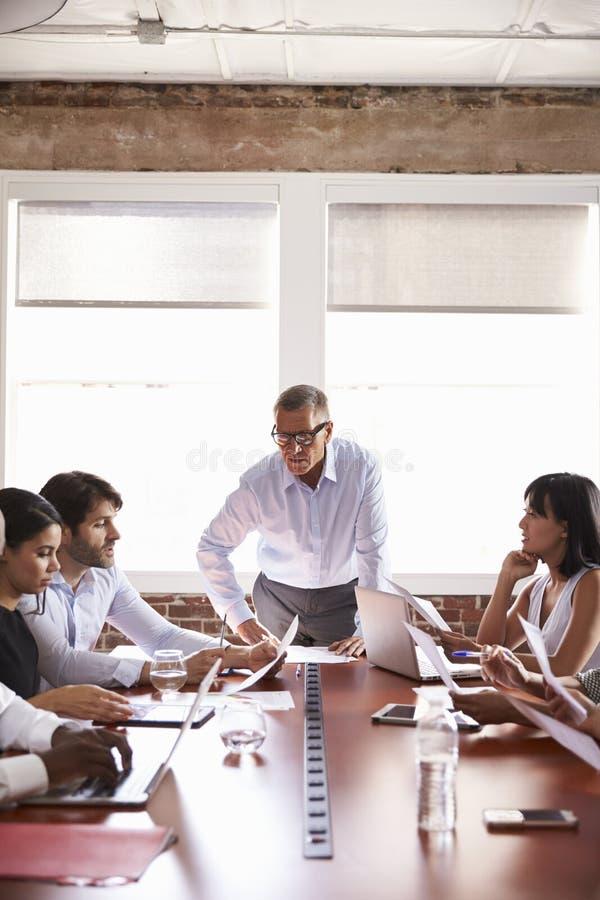 Homem de negócios maduro Addressing Boardroom Meeting fotografia de stock royalty free