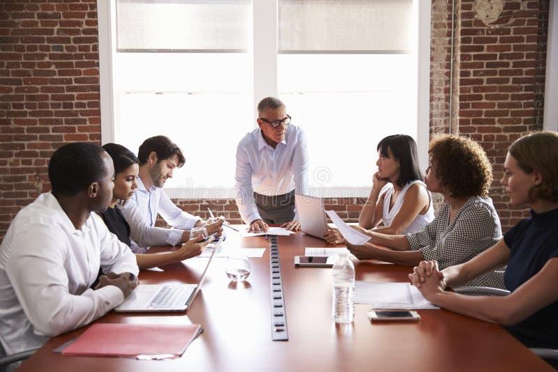 Homem de negócios maduro Addressing Boardroom Meeting imagens de stock