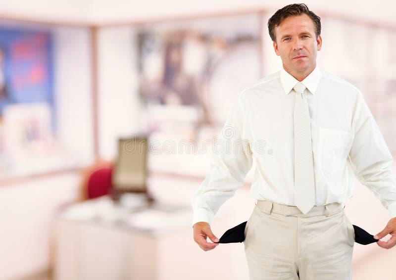 Homem de negócios maduro que mostra bolsos vazios imagens de stock