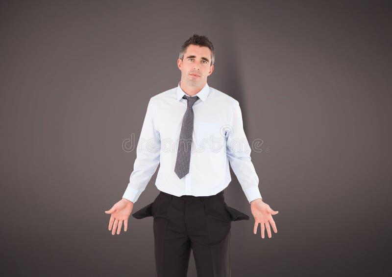 Homem de negócios maduro que mostra bolsos vazios foto de stock