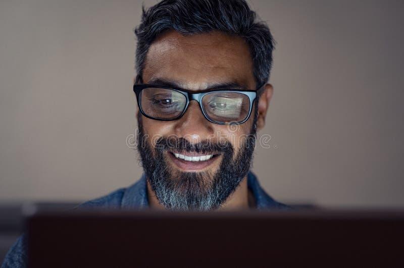 Homem de negócios maduro que trabalha na tabuleta imagem de stock royalty free